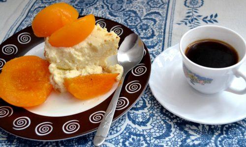 Cheesecake cu amaretti, biscuiti integrali si piersici